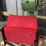 Roter Klappkinostuhl mit hochwertiger Holzverkleidung
